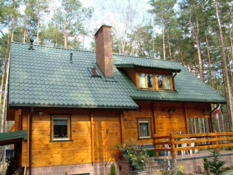 Drewniany dach w stylowym domu
